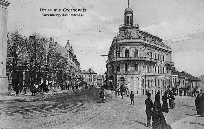 """Одоколійна трамвайна лінія і металеві опори із кронштейнами біля """"будинка-коробля"""". Початок 1900-х років"""