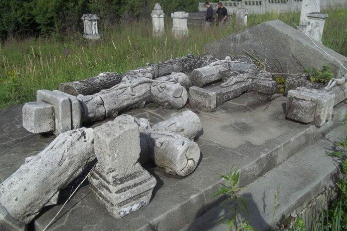 Старі хрести з німецьких могил, зібрані на одному з гробівців цвинтаря