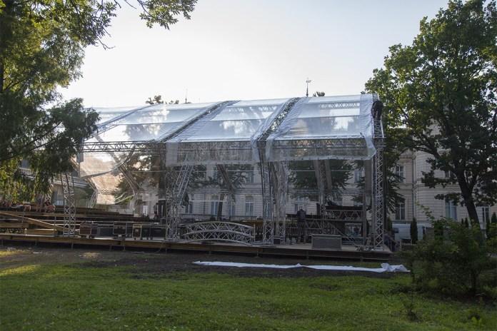 Сцена для кількаденного концерту на місці багаторічного Французького парку