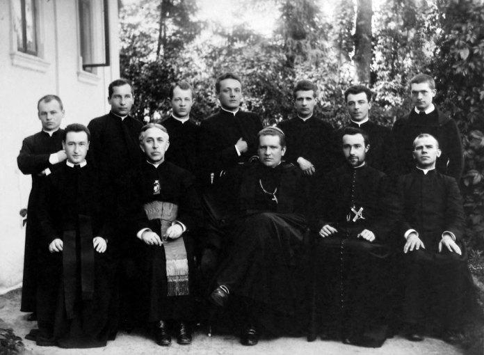 Митрополит Андрей із духовенством. Фото зроблене у 1902 р.