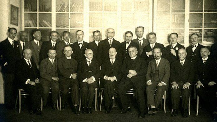 Олександр Панейко (стоїть, четверий ліворуч) серед викладачів Академічної гімназії у Львові, 1928-1929