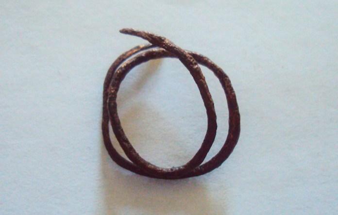 А-27063 (d 2,2 мм) [2, арк. 61; 7, арк. 413]. Перстень з круглого в перетині бронзового дроту, зігнутого у два оберти, із загостреними кінцями. Вкритий патиною.