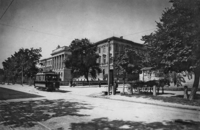 Трамвай біля головного корпусу Львівської політехніки. Фото 1894 р.