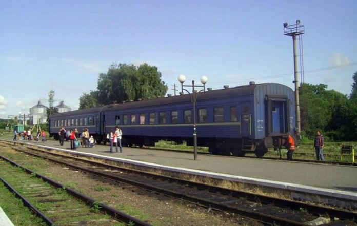 """Пасажирський потяг """"Київ - Гусятин"""" на кінцевій станції. 2011 р."""