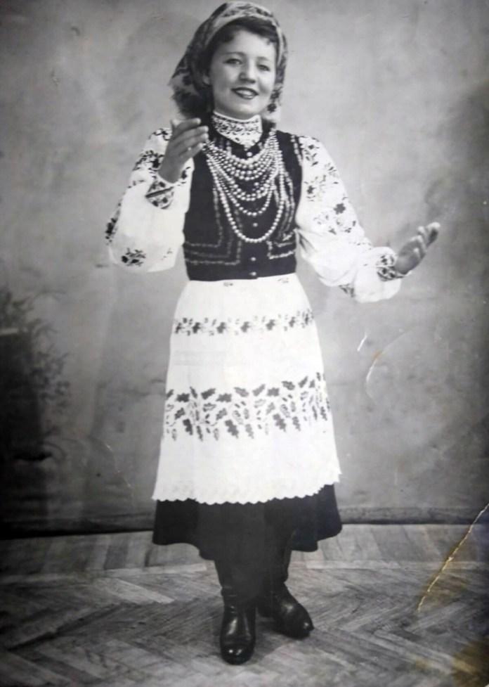 Мама автора публікації Ганна Писарчук (дівоче прізвище) у власноруч вишитому вбранні, 1953 рік