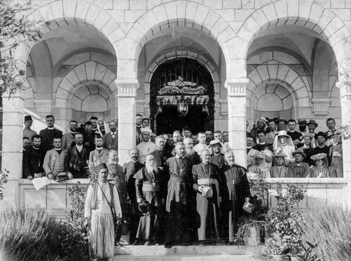Митрополит Андрей Шептицький з групою паломників у Святій Землі у 1906 році.