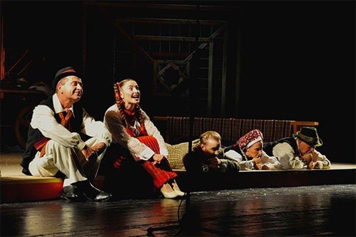 Сцена з вистави «Павлинка»