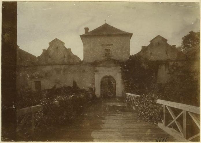 Свірзький замок на фото до 1909 року.