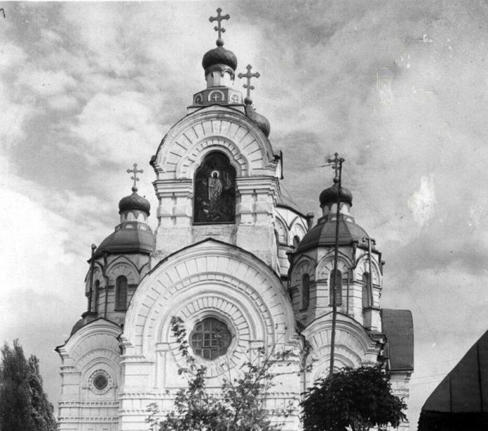 Собор, на арочній дзвіниці замість дзвонів — ікона