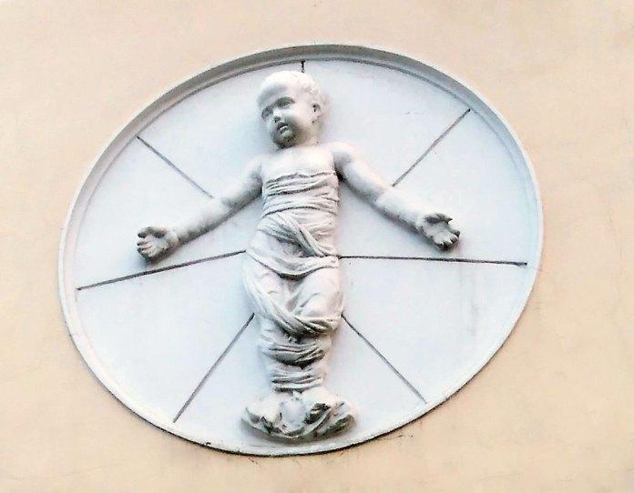 Скульптурний рельєф із зображенням дитини на фасаді колишньої педіатричної клініки. Фото Мар'яни Іванишин.