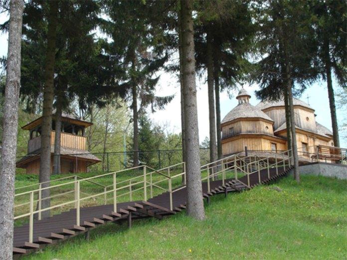 Довгі металеві сходи, якими можна дійти до старого храму. Фото, надане церковною громадою.