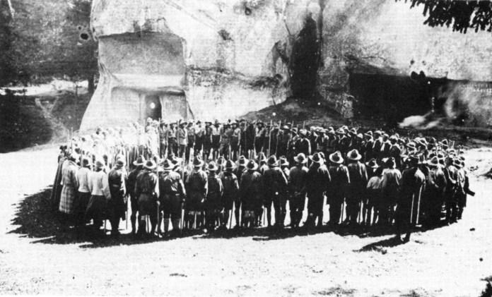 Роман Шухевич серед учасників Другої пластової зустрічі. Скелі Довбуша біля Бубнища. Серпень 1926 р.