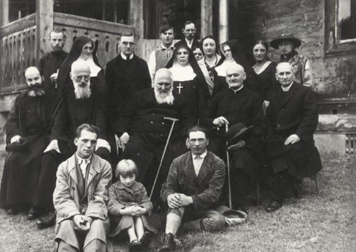 Брати Шептицькі з духовенством у Підлютому на Станіславівщині