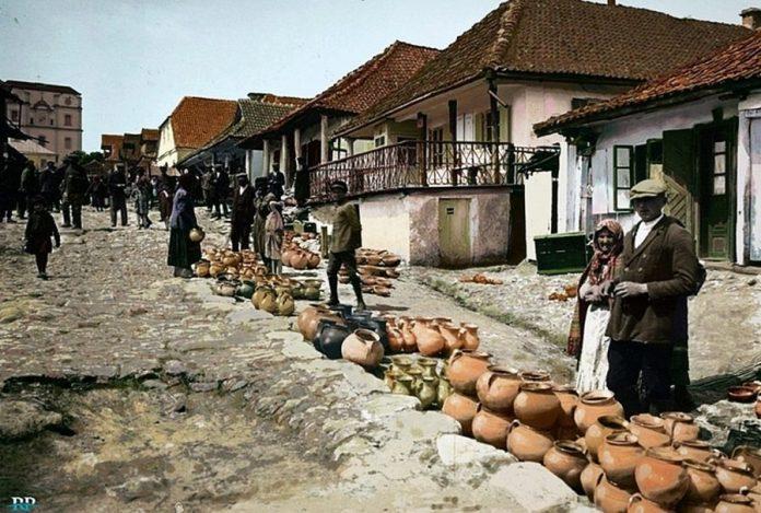 Ринок у Вишнівці. Характерна дерев'яна забудова середмістя не збереглася до нашого часу. Костел св. Архангела Михаїла, зведений у 1645 році, був висаджений у повітря у 1960-их роках. Фото 1925 року.