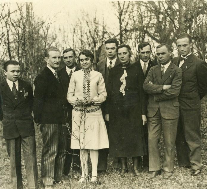 Весільне фото Романа Шухевича (другий зліва) та Наталії Березинської (четверта зліва). На фото також є Юрій Березинський (п'ятий зліва) та мати Наталії Березинської (шоста зліва), 1930 рік. Фото: Центр досліджень визвольного руху