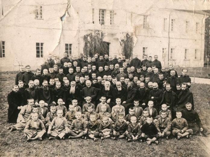 Отець Климентій Шептицький з монахами-студитами та дітьми-сиротами