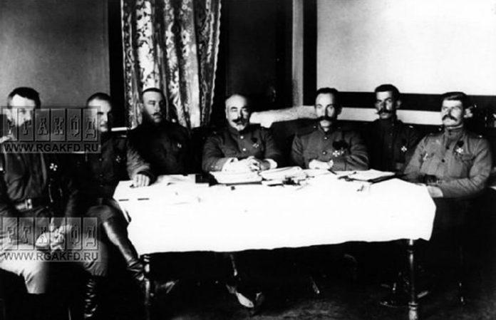 Антон Денікін (четвертий зліва) у штабі на території військового містечка в Рівному, 1915 рік