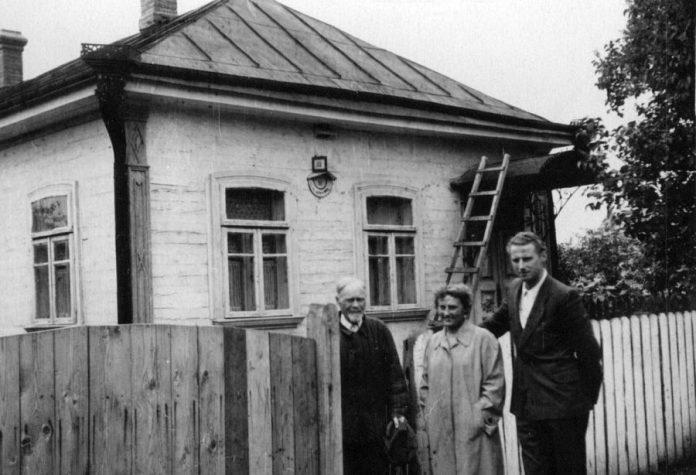 Біля хати Г. Лукашевича Г.Лукашевич, Н.М. Заяц, В.Г. Логвись, 1950-і рр.