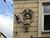 Львів, будинок по вулиці Театральній, 9. Скульптурні портрети авторства Петра Герасимовича.