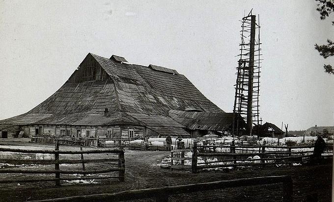 Скляна гута у волинському містечку Трохимбрід. Фото початку століття