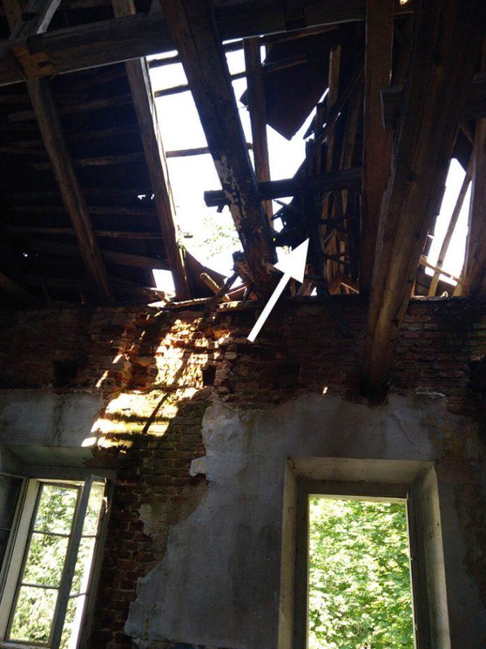 Крізь провалену стелю і дірявий дах видно небо. А ще — цікавий пристрій — коловорот, за допомогою якого, вочевидь, піднімали вантажі