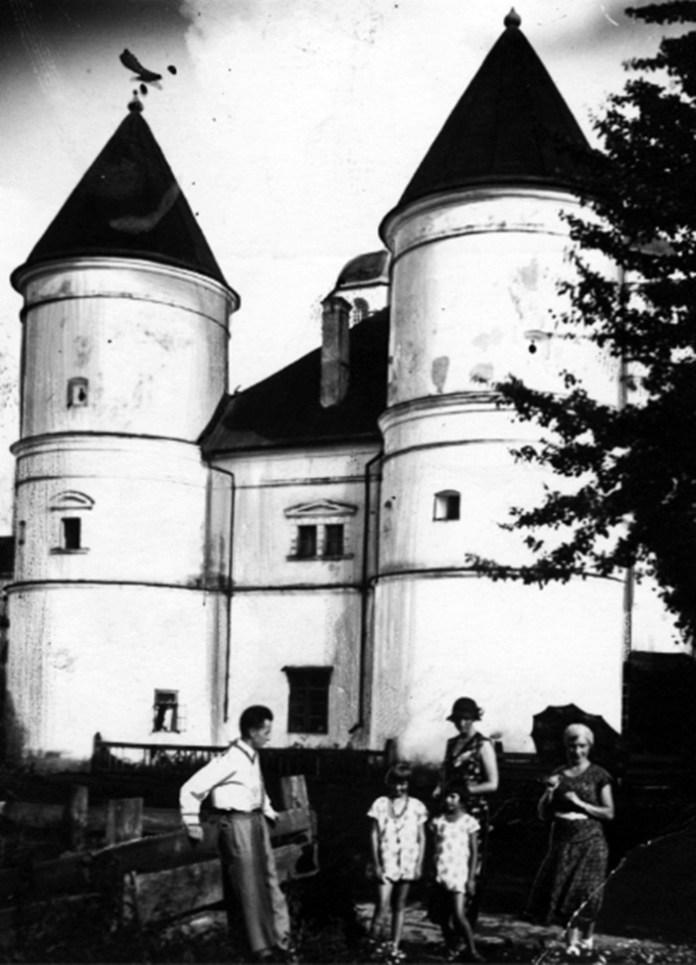 Туристи біля будівлі монастиря, 1918-1934 рр.