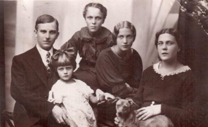 Родина Вишневських. Тамара друга праворуч