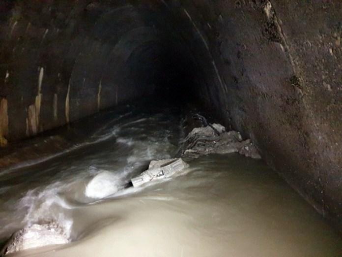 Вхід в старий колектор праворуч. Він нижче рівня води. Фото зроблено в Полтві, ділянка коло перехрестя Чорновола-Липинського.