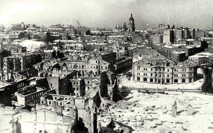 Таким побачили Київ у 1944 році делегати УГКЦ, після повернення з Москви. Фотограф: Артюхови Джерело: http://lifekiev.com/8-panoram-poslevoennogo-kieva/