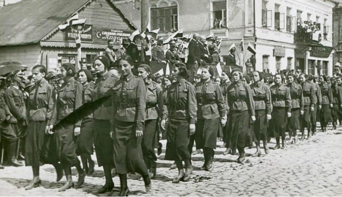 Парад учениць військової підготовки (крайня праворуч у першому ряду Зузанна Гінчанка), Рівне, 1936 р.