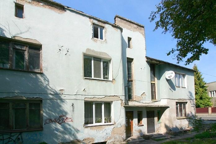 Цей будинок на вулиці Глушець в Луцьку тепер має номери 21-27, ніби це 4 будинки