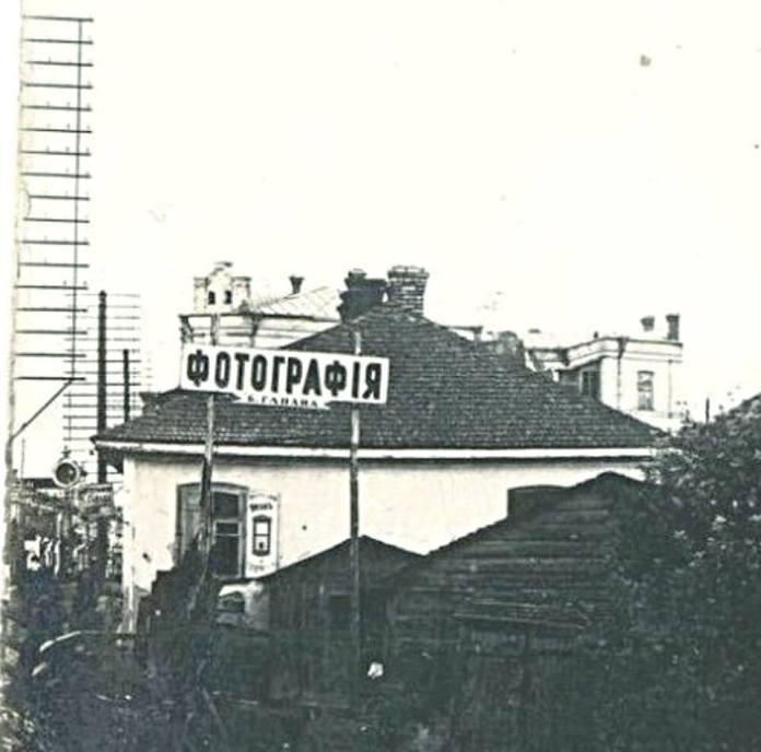 Фотографія Гапана «Альфа», за нею проглядається готель «Брістоль»