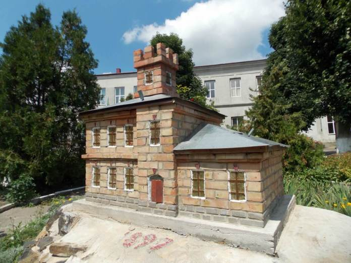 Макет старої школи на подвір'ї сучасної Городоцької школи. Фото 2018 р.