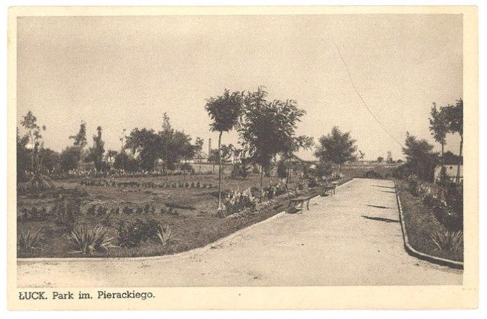 Парк Пєрацького. Лівіше центру на горизонті видно труби цегельні Лущевських, яка була в місці перетину теперішніх вулиць Огієнка та Клима Савура