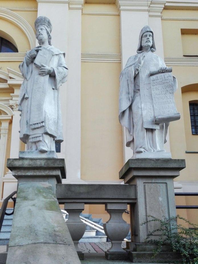 Вгору по сходах до катедри УГКЦ – справа зустрічають святі просвітителі слов'ян. Фото Ігоря Скленара