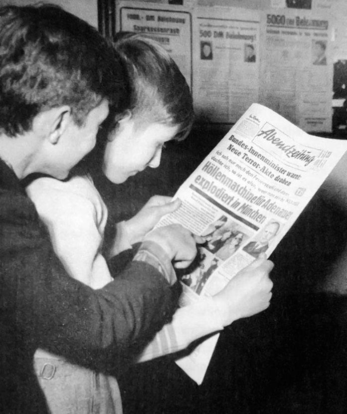 Вернер Брайтшоп та Бруно Беєрсдорф, яким зловмисник передав бомбу, читають про себе в газеті Abendzeitung