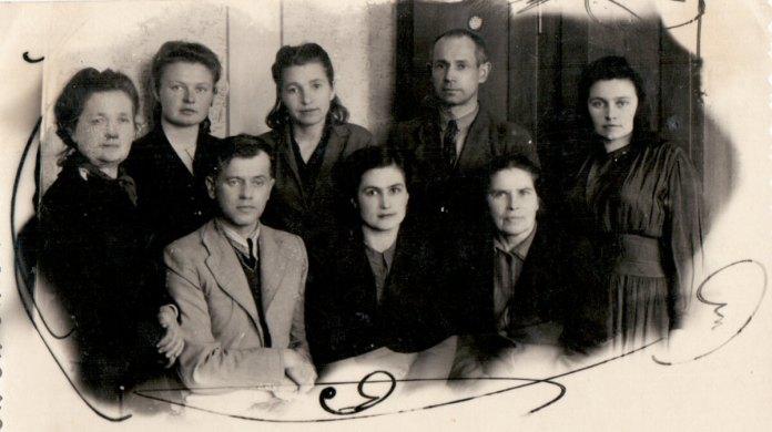М.І. Кур'яник в нижньому ряду зліва серед вчителів 1950-і рр.