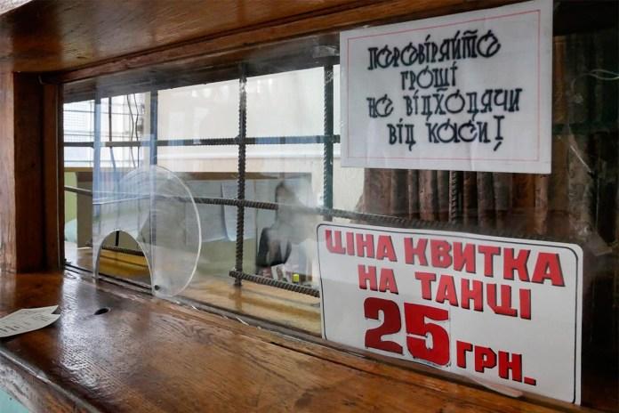 """У касі попереджають: """"В нетверезому вигляді вас не пропустять"""". Фото: Ельдар Сарахман"""