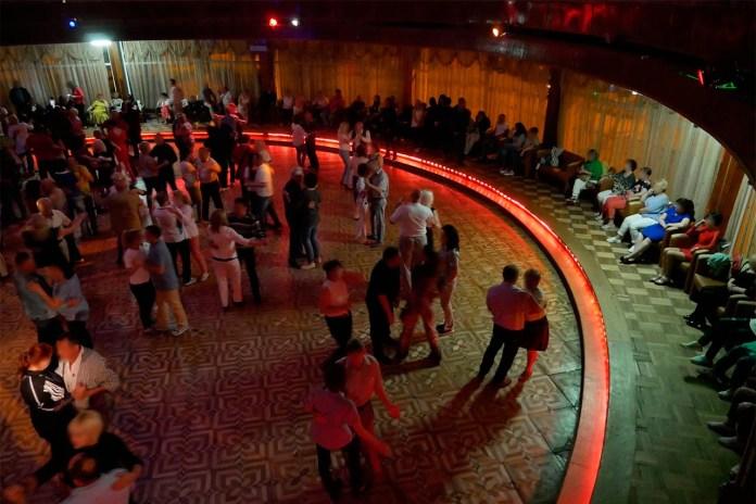 """На танцполі """"Шайби"""" танцюють під Винника, Полякову і старі естрадні хіти. Фото: Ельдар Сарахман"""