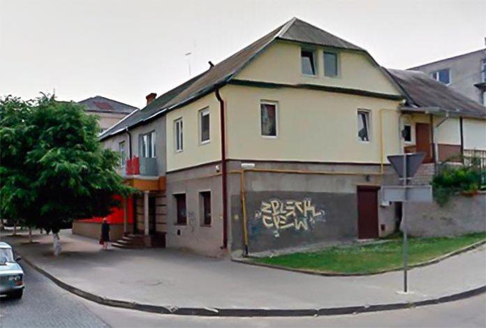 Це будинок стоїть на перетині вулиць Кривий Вал та П'ятницька гірка