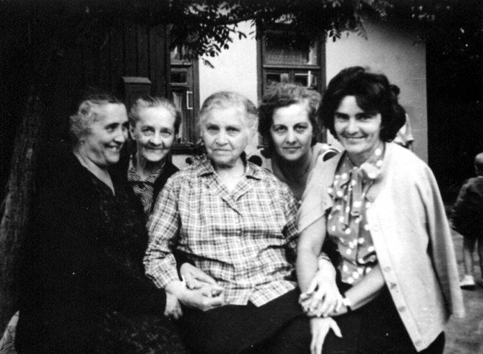 Пелагея Молчановська в центрі з рідними. Рівне, 1969