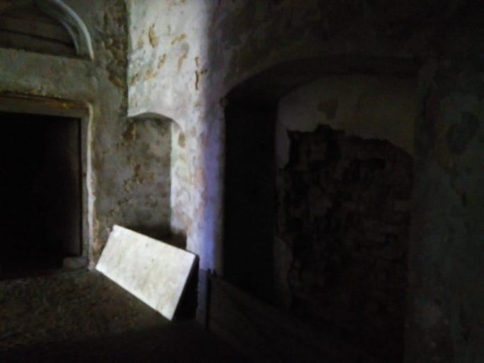 Десь тут замуровано вхід в підземний тунель, що вів до палацу