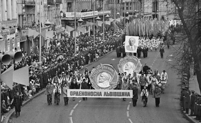 Львів у святкових колонах демонстрантів 7 листопада... Фото Володимира Дубаса