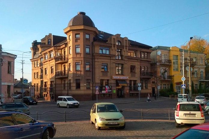 Будинок в Луцьку, зведений на місці будинку Груферманів після 2011 року на розі вулиць Словацького і Шевченка