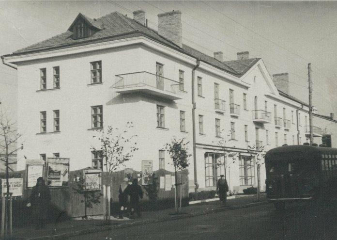 """овобудова 1940-х, будинок поруч із гастрономом """"Ровно"""". Щоправда, самого гастроному ще немає"""