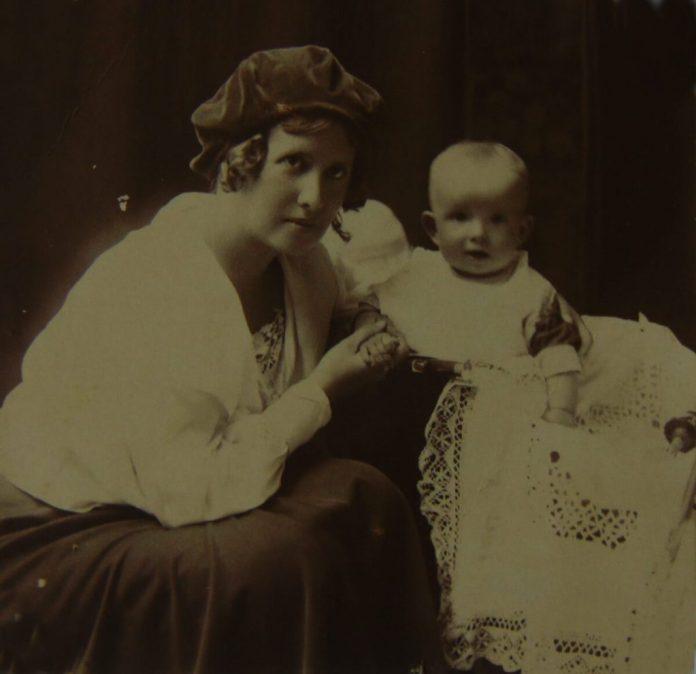 Маленька Надія з мамою Бригіттою, 1924 рік
