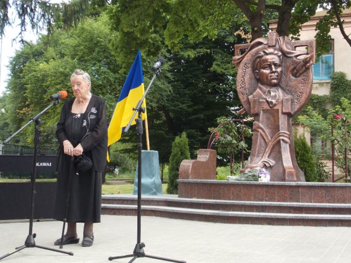 Надія Косміаді біля пам'ятника своєму батькові Георгієві Косміаді в Рівному