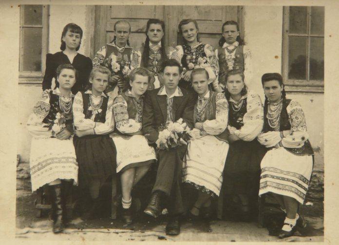 Випускники 1948 року однієї з сільських шкіл на Рівненщині у вишиванках. У Рівному в ті часи на таке навряд чи наважилися б