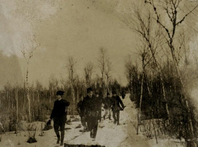 На полюванні в Олицькій резиденції Радзівіллів. попереду Януш Радзівілл (праворуч) і Адам Любомирський (ліворуч)