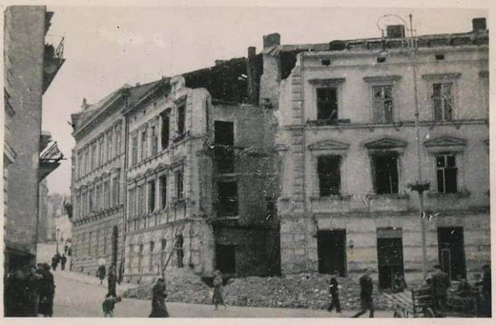 Руїни будинку №1 по вул. Коральницькій, 1 (суч. вул. Волошина). Фото 1944 року